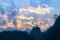 Nascer do sol colorido do inverno sobre as montanhas fumarentos Fotos de Stock Royalty Free