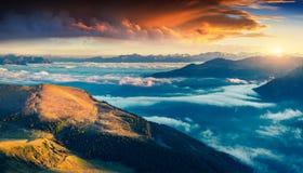 Nascer do sol colorido do verão em cumes da dolomite fotografia de stock