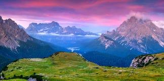 Nascer do sol colorido em cumes de Itália, Tre Cime Di Lavaredo do verão, Dol Imagens de Stock