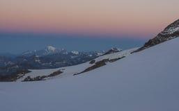 Nascer do sol colorido em Gran Paradiso, cumes, Itália Foto de Stock