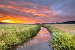 Nascer do sol colorido morno do verão sobre o rio da planície imagens de stock
