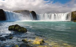 Nascer do sol colorido na cachoeira de Godafoss no rio de Skjalfandafljot, Islândia, Europa imagem de stock