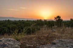 Nascer do sol colorido sobre as montanhas dalmatian como visto de Zadar, Croácia fotografia de stock royalty free