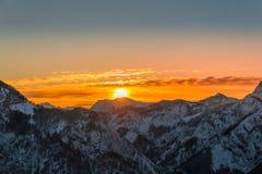 Nascer do sol colorido sobre cumes austríacos da montanha Imagens de Stock