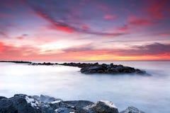 Nascer do sol colorido sobre o mar Imagem de Stock