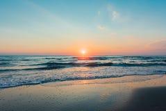 Nascer do sol colorido surpreendente no mar imagem de stock