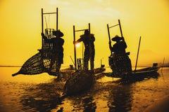 Nascer do sol com as nuvens no oceano com um barco de pesca fotos de stock