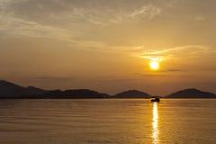 Nascer do sol com barco Fotos de Stock
