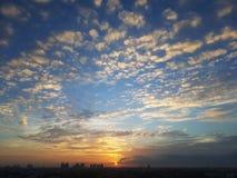 Nascer do sol com céu e arquitetura da cidade claros Fotos de Stock
