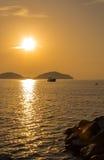 Nascer do sol com fishingboat Imagem de Stock