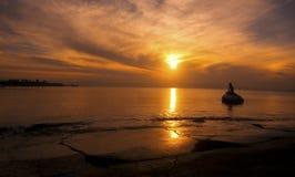 Nascer do sol com nuvens e estátua Foto de Stock