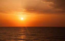 Nascer do sol com nuvens e horizonte. Fotografia de Stock Royalty Free
