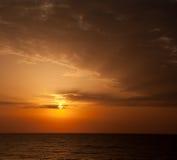Nascer do sol com nuvens e horizonte. Fotos de Stock