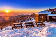 Nascer do sol com o alargamento bonito da lente em montanhas de Deogyusan no wint fotografia de stock