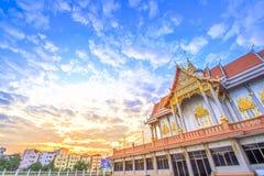 Nascer do sol com o templo tailandês na manhã fotos de stock