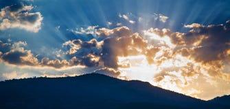 Nascer do sol com raios de sol nas montanhas fotografia de stock