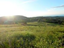 Nascer do sol completo da manhã através da paisagem imagens de stock