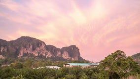 Nascer do sol cor-de-rosa na área tropical Timelapse da montanha da pedra calcária Sok de Khao, Tailândia filme