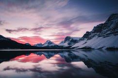 Nascer do sol cor-de-rosa no lago bow em Banff, Alberta, Canadá Fotografia de Stock