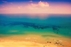 Nascer do sol cor-de-rosa sobre o mar Imagens de Stock