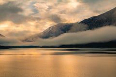 Nascer do sol da beira do lago Imagem de Stock Royalty Free