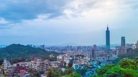 Nascer do sol da cidade de Taipei com opinião da arquitetura da cidade de Taiwan e do céu nebuloso vídeos de arquivo