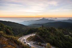 Nascer do sol da manhã com a estrada à montanha fotografia de stock