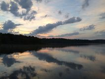 Nascer do sol da manhã sobre um lago fotografia de stock