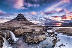 Nascer do sol da mola sobre a cachoeira famosa de Kirkjufellsfoss com Ki Fotos de Stock
