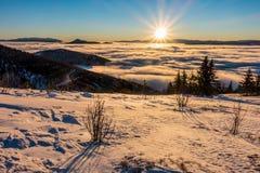 Nascer do sol da montanha acima das baixas nuvens Imagens de Stock Royalty Free