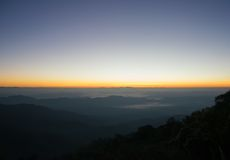 Nascer do sol da montanha da paisagem com o nevoento em Myanmar Imagens de Stock Royalty Free