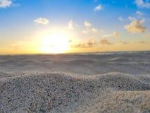 Nascer do sol da praia, areia, Sun, oceano, céu azul & nuvens imagem de stock