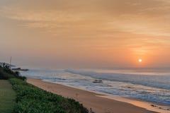 Nascer do sol da praia da rocha de sal Imagem de Stock Royalty Free