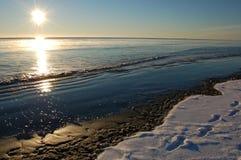Nascer do sol da praia do inverno Imagem de Stock