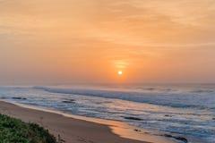 Nascer do sol da praia da rocha de sal Fotografia de Stock Royalty Free