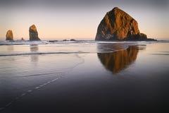 Nascer do sol da rocha do monte de feno, praia do canhão, Oregon foto de stock royalty free