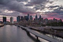 Nascer do sol da skyline de Philadelphfia foto de stock