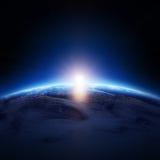 Nascer do sol da terra sobre o oceano nebuloso sem estrelas Fotos de Stock Royalty Free