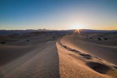 Nascer do sol das dunas de areia do Mesquite Fotografia de Stock Royalty Free