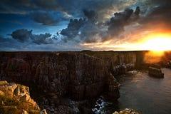 Nascer do sol de ardência das cores em cima de uma manhã de Pembrokeshire fotos de stock