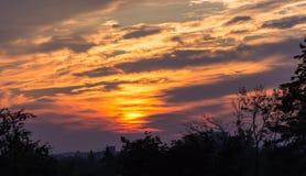 Nascer do sol de ardência que mostra em silhueta o primeiro plano Imagem de Stock
