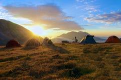 Nascer do sol de Campo Imperatore no acampamento base, L'Aquila, Itália Fotografia de Stock Royalty Free