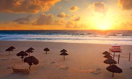 Nascer do sol de Cancun na praia México de Delfines imagem de stock