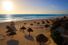 Nascer do sol de Cancun na praia México de Delfines imagens de stock royalty free