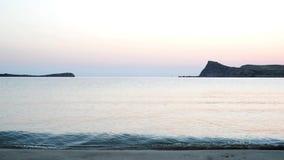 Nascer do sol de espera na praia video estoque