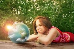 Nascer do sol de observação da terra da menina Imagens de Stock Royalty Free