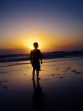 Nascer do sol de observação do menino Imagens de Stock