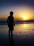 Nascer do sol de observação do menino Foto de Stock Royalty Free
