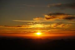 Nascer do sol do conhaque sobre as montanhas Imagem de Stock Royalty Free