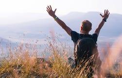 Nascer do sol do cumprimento do homem na montanha fotografia de stock royalty free